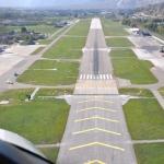 Atterrissage à Sion où 2 F5 Tiger attendent sur la gauche pour décoller (octobre 2011)